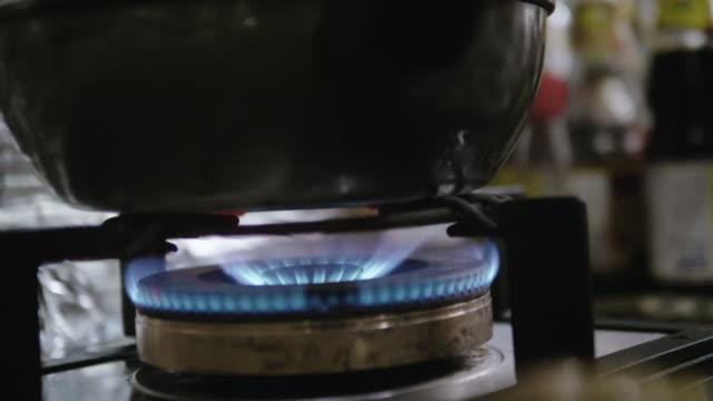 スローモーション: 青い炎とガスストーブ - ブルーフラックス点の映像素材/bロール