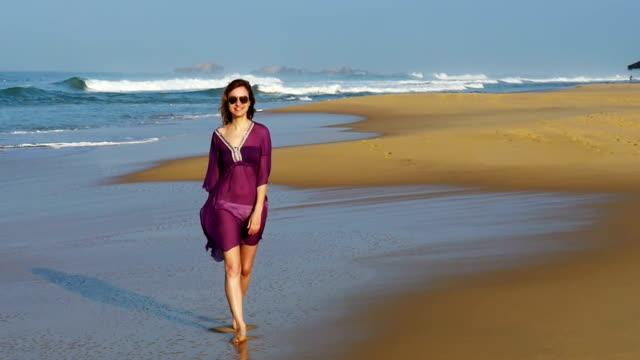 スローモーション:  女性のビーチの散歩