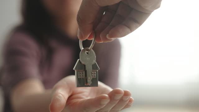 vídeos de stock e filmes b-roll de slow motion giving house key, slow motion - proprietário de casa
