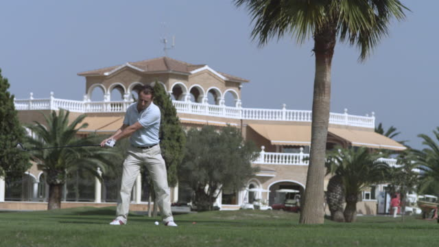 vidéos et rushes de slow motion golfer driving ball, spain (individual frames may also be used as a still image. each frame in its raw state is about 6mb or about 12mb as a 16 bit tiff) - golfeur