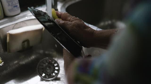 vídeos y material grabado en eventos de stock de cámara lenta: fregadero de lavar los platos en la cocina de la abuela en casa - lavabo pila