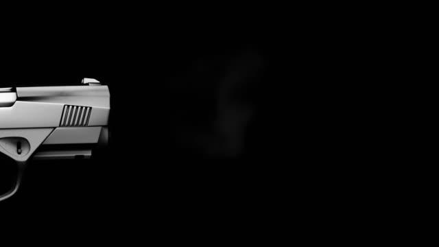 vidéos et rushes de feu de pistolet de mouvement lent sur le fond noir - arme à feu