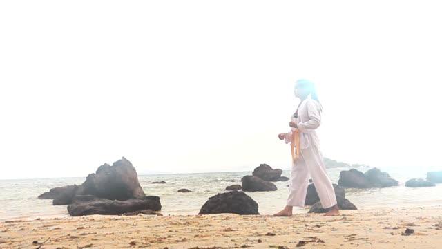 vídeos y material grabado en eventos de stock de slow motion hd: practicando artes marciales al aire libre en la playa - en guardia