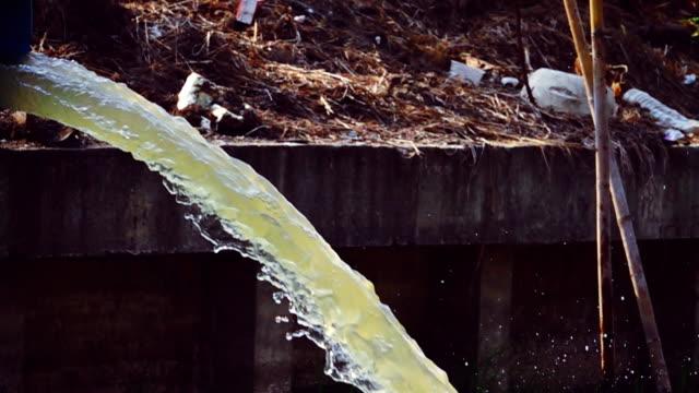vídeos de stock, filmes e b-roll de câmera lenta hd: cano de esgoto ou drenagem poluindo o ambiente - drenagem