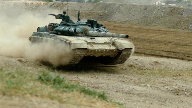 vídeos y material grabado en eventos de stock de cámara lenta - tanque pesado salta de un obstáculo - tanque