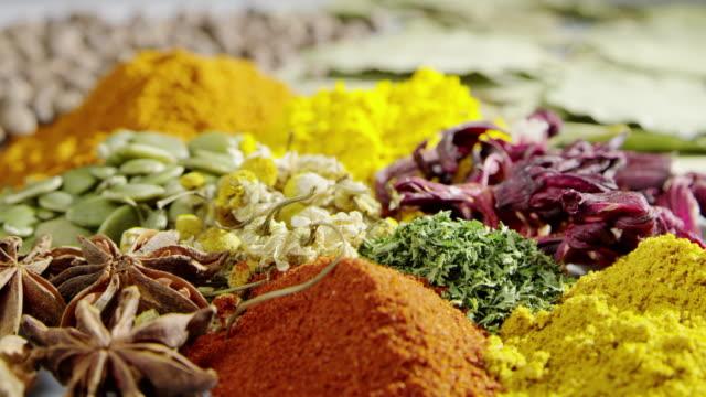 stockvideo's en b-roll-footage met slow motion kruiden koken gieten olie voedsel ingrediënt smakelijke kruiden - curry powder