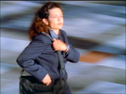 vídeos de stock e filmes b-roll de slow motion high angle pan businesswoman rushing with briefcase indoors - trabalhadora de colarinho branco