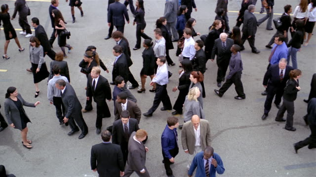 vídeos de stock, filmes e b-roll de slow motion high angle wide shot overhead shot of crowd of businesspeople walking back and forth - passar a frente