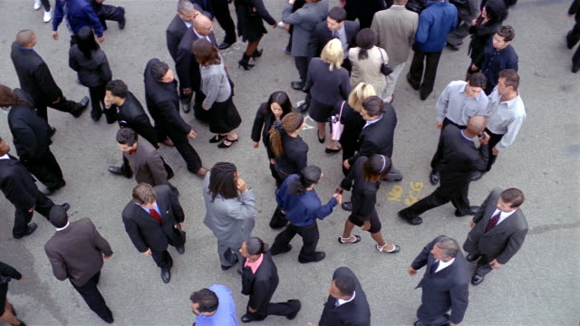 vídeos de stock e filmes b-roll de slow motion high angle wide shot overhead shot of crowd of businesspeople walking back and forth - pessoa de negócios