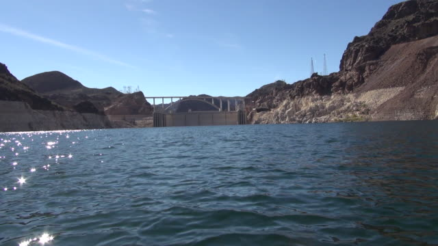slow motion: hoover dam from the water - hoover staudamm stock-videos und b-roll-filmmaterial