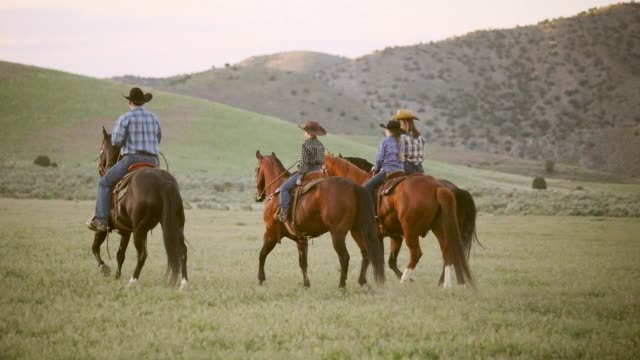 stockvideo's en b-roll-footage met slow motion paarden en cowboys in utah usa - ranch