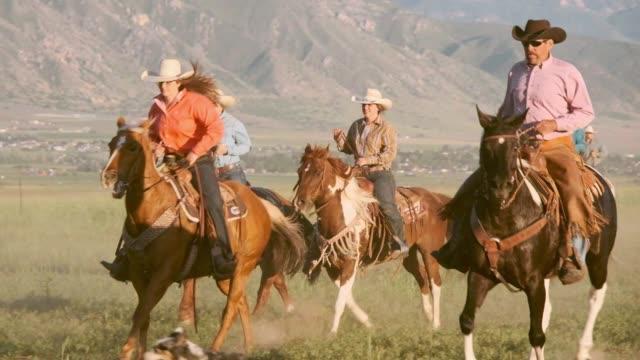 vídeos de stock, filmes e b-roll de câmera lenta cavalos e cowboys em utah eua - usa