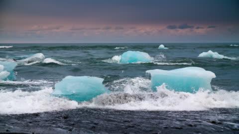 vídeos de stock e filmes b-roll de câmara lenta icebergs na praia de jokulsarlon, islândia - ártico