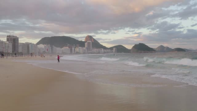 vídeos y material grabado en eventos de stock de slow motion: iconic coastline at copacabana in late afternoon with fisherman - rio de janeiro