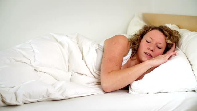 vídeos y material grabado en eventos de stock de cámara lenta: insomnio - almohada