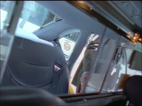 vídeos de stock e filmes b-roll de slow motion interior of taxicab / businesswoman getting in / nyc - trabalhadora de colarinho branco