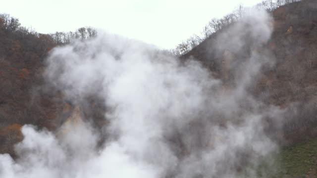slow motion jigokudani noboribetsu hot springs hokkaido (hd resolution) - sorgente di acqua calda video stock e b–roll