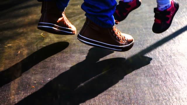 vídeos de stock e filmes b-roll de slow motion: jumping on trampoline - saltar