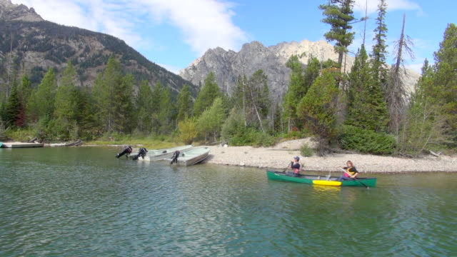 slow motion: kayaking on jenny lake, grand teton national park - parco nazionale del grand teton video stock e b–roll