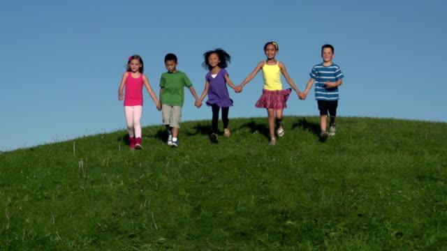 Zeitlupe Kinder entlang hill Hände halten