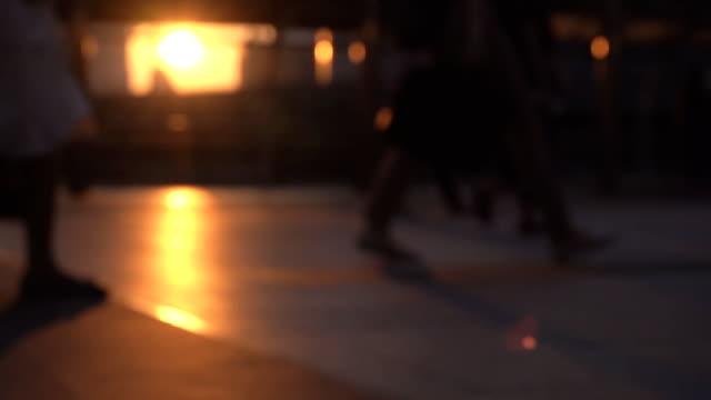 hd スローモーション: 路上での脚と影 - 歩道点の映像素材/bロール