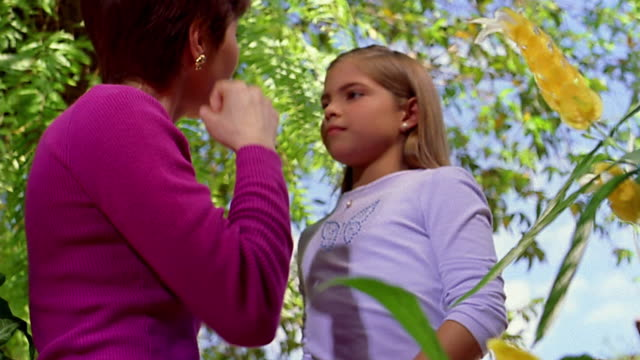 vídeos y material grabado en eventos de stock de slow motion low angle close up tilt up mother and daughter speaking sign language / hugging - sordera