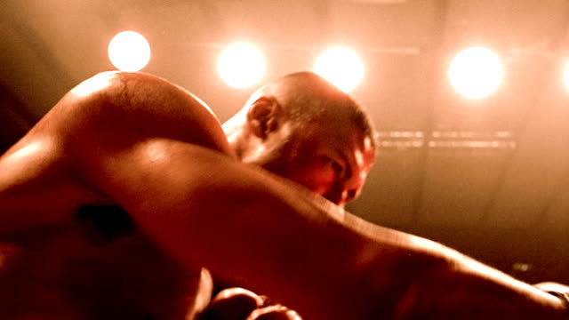vidéos et rushes de slow motion low angle two boxers punching in ring - ring de boxe