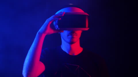 vídeos y material grabado en eventos de stock de slow motion, man adjusts virtual reality headset - simulador de realidad virtual