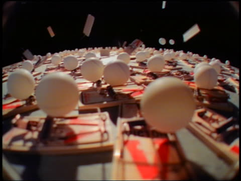 vídeos de stock, filmes e b-roll de slow motion many table tennis balls popping up out of snapping mousetraps - tênis de mesa