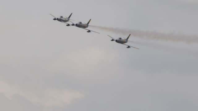 vídeos de stock, filmes e b-roll de slow motion medium close up three f-86 sabre us air force military fighter jets fly in tight formation toward and past camera. - grupo pequeno de objetos