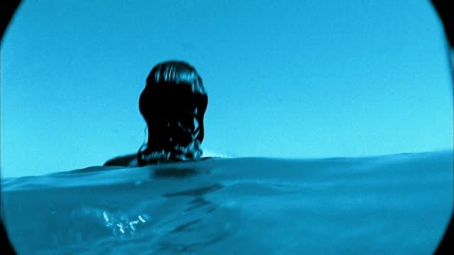 vídeos y material grabado en eventos de stock de slow motion medium shot topless woman dunking into water - mojar