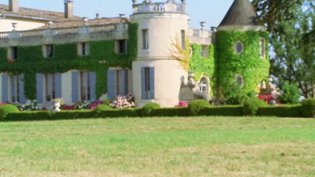 vídeos y material grabado en eventos de stock de slow motion medium shot young girl on swing with chateau in background / france - columpiarse