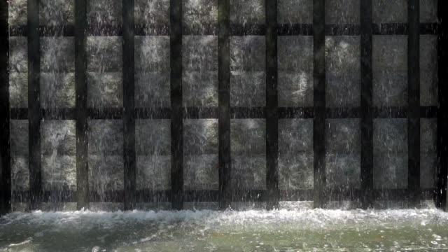vídeos y material grabado en eventos de stock de cámara lenta : cascada moderna en decoración de jardín - fuente estructura creada por el hombre