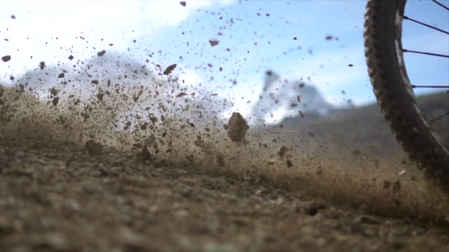 vídeos de stock, filmes e b-roll de slow motion mountain bike tire skidding, view of glacier above - mountain bike bicicleta