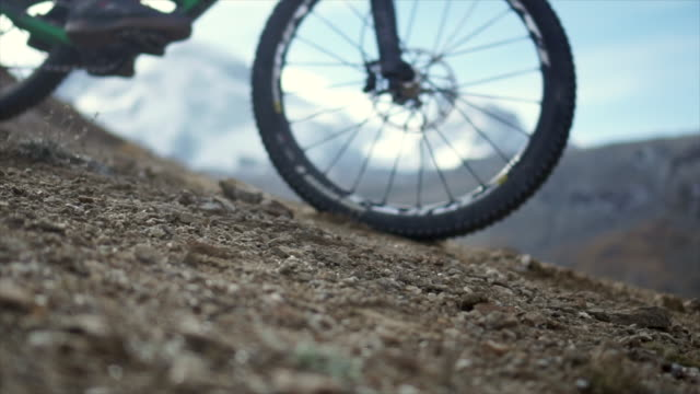 vídeos de stock, filmes e b-roll de slow motion mountain bike tires skidding - mountain bike bicicleta