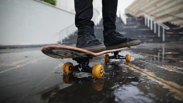 slow motion moving in der stadt mit skateboard - skateboard stock-videos und b-roll-filmmaterial