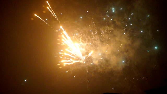 vídeos de stock, filmes e b-roll de câmera lenta de vários fogos de artifício explodindo - devagar
