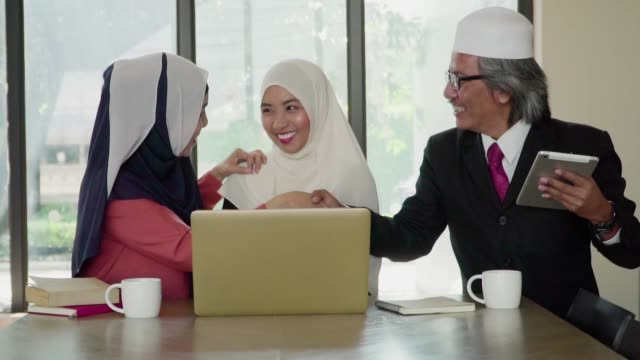 slow motion: muslim business shaking hand for meeting and agreement in coffee shop. - kufi stock videos & royalty-free footage