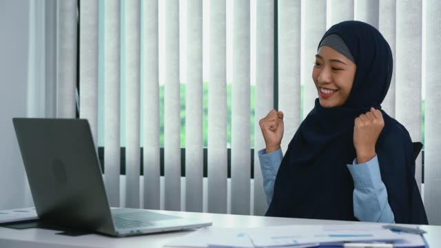 スローモーション、イスラム教徒の女性は彼女の目標を完了する際に幸せな表現をしています。 - ヒジャブ点の映像素材/bロール