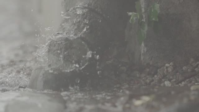 slow motion of a drainpipe overflowing in the rain in berlin germany on monday july 10 high shutter speed raindrops - persiana caratteristica architettonica video stock e b–roll