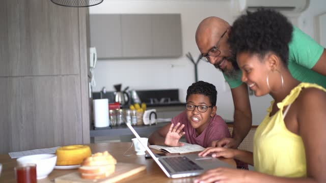 slow motion of a family together doing a video call at home - afro hairstyle stock videos & royalty-free footage