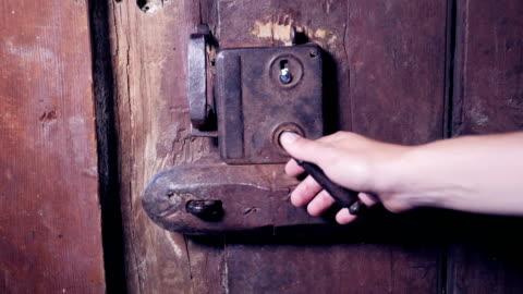 vídeos y material grabado en eventos de stock de lenta de una mano abriendo una puerta de madera antigua - madera material