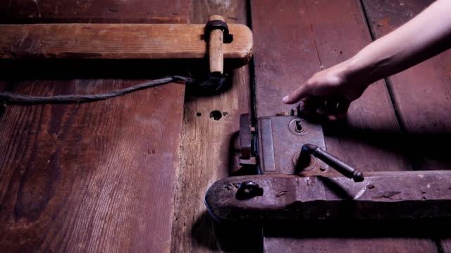 vídeos y material grabado en eventos de stock de lenta de una mano abriendo una puerta de madera antigua - anticuario anticuado