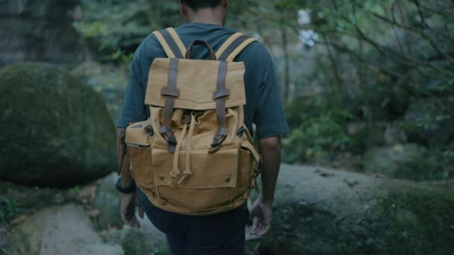 vídeos de stock e filmes b-roll de slow motion of a male hiker walking on rock - membro humano