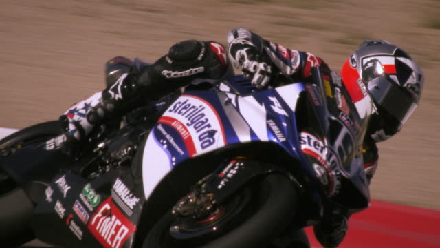 vídeos de stock e filmes b-roll de slow motion of a motorcycle racer on a racetrack - competição