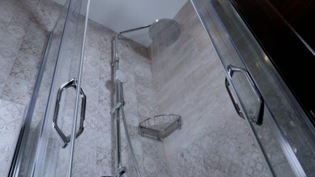 Zeitlupe, der läuft im Badezimmer, Nahaufnahme, Weitwinkel, Reinigungen, Glas Duschkabine Dusche