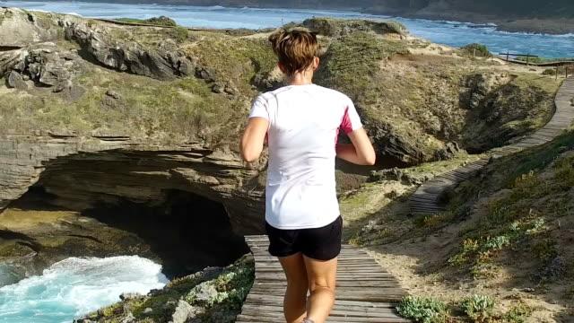 Slow-Motion für eine Sportlerin, die entlang eines Pfads