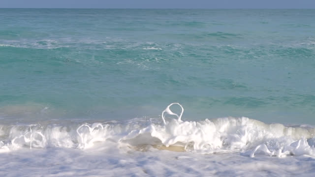 slow motion of a wave breaking in varadero beach, cuba - luogo d'interesse locale video stock e b–roll