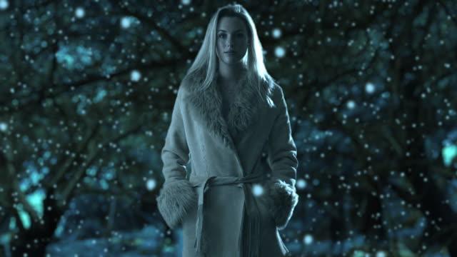 vídeos y material grabado en eventos de stock de slow motion of a woman walking in a park in winter/marbella region, spain - imagen virada