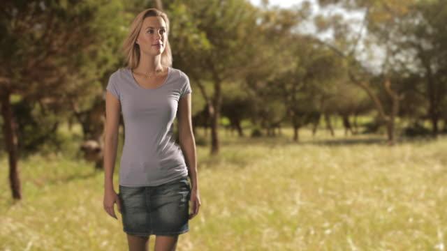 vídeos de stock e filmes b-roll de slow motion of a woman walking in a park/marbella region, spain - fotografia de três quartos